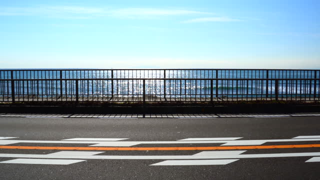 道路と海の海岸線 - 道ばた点の映像素材/bロール