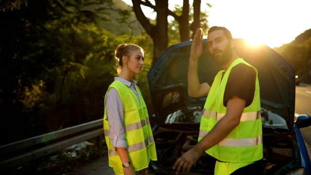 vídeos de stock e filmes b-roll de road assistance - desfigurado