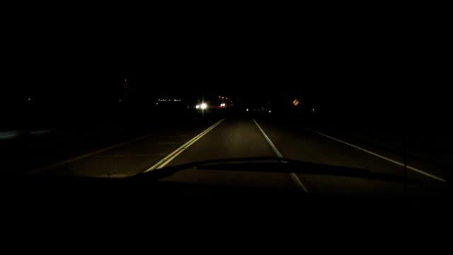 road at night - 乗り物の明かり点の映像素材/bロール
