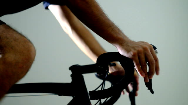 vidéos et rushes de vélo de route sport passant mettant à droite - selle