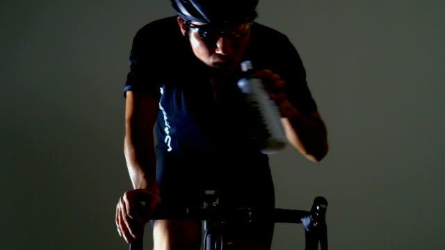 vidéos et rushes de vélo de route sport -water suply- - selle