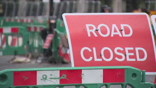 vídeos de stock, filmes e b-roll de road closed sign and road works - barricada divisa