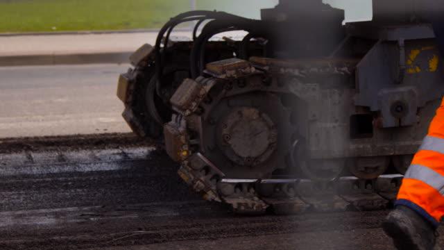 vidéos et rushes de construction routière - macadam