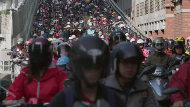 vídeos y material grabado en eventos de stock de ls a road crowded with motorcycles during rush hour / taipei, taiwan - taipei