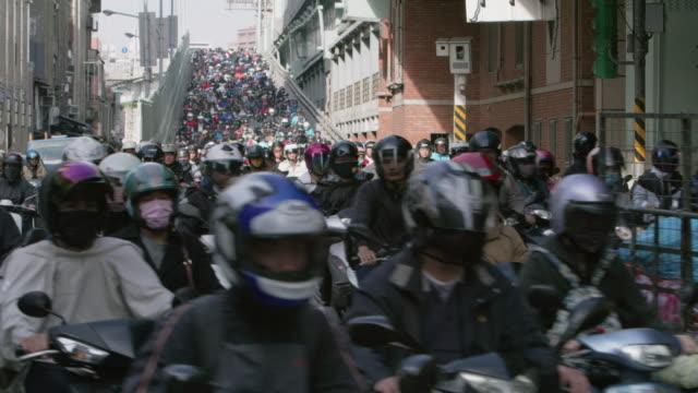 vídeos y material grabado en eventos de stock de ws a road crowded with motorcycles during rush hour / taipei, taiwan - taipei