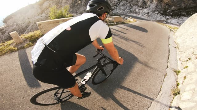 stockvideo's en b-roll-footage met road cycling downhill, in te gaan op een turn - kleding