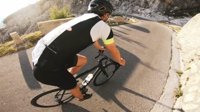 väg cykling neråt, gå in i en sväng - landsväg bildbanksvideor och videomaterial från bakom kulisserna