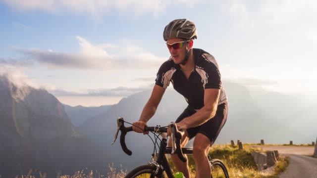Cyclisme sur route au coucher du soleil