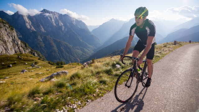 stockvideo's en b-roll-footage met road cycling on a mountain pass - bergketen