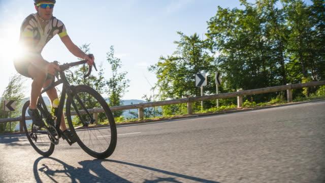 vídeos de stock, filmes e b-roll de ciclismo de subida de estrada - colina acima