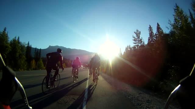 vídeos y material grabado en eventos de stock de road ciclismo con sunrise - triatleta