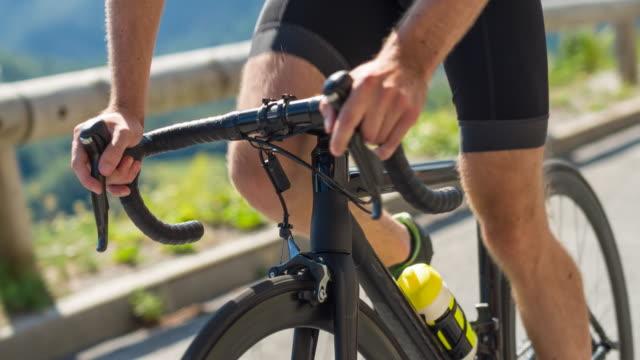 vídeos de stock, filmes e b-roll de mãos de ciclistas de estrada com guiador - triatleta