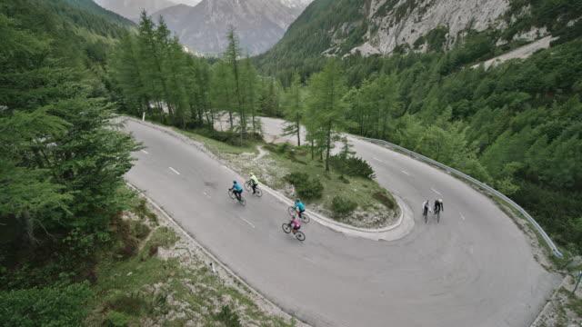 cs road cyclists riding up a mountain road - pantaloncini video stock e b–roll