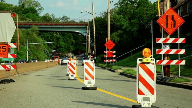 strada durante la ricostruzione. signes e marchi. - blocco stradale video stock e b–roll