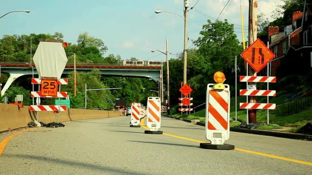 vídeos y material grabado en eventos de stock de road durante la reconstrucción. signes y marcas. - reglas