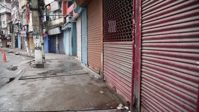 vídeos de stock, filmes e b-roll de road in fancy bazar sealed and declared containment zone, after a person was tested positive for novel coronavirus, during the nationwide covid-19... - câmara parada