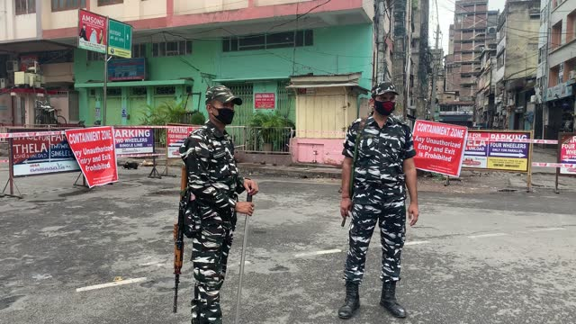 vídeos de stock, filmes e b-roll de road in fancy bazar sealed and declared containment zone, after a person was tested positive for novel coronavirus, as police personnels stand guard... - câmara parada
