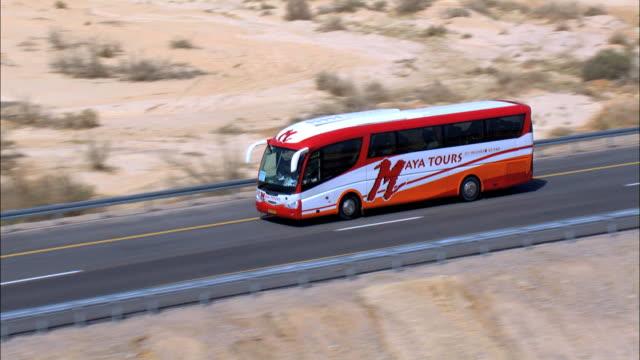 vídeos de stock e filmes b-roll de aerial road in negev desert, israel - autocarro