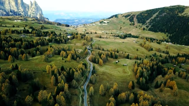 road in seiser alm - south tyrol - capanna di legno video stock e b–roll