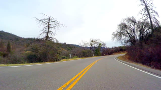 stockvideo's en b-roll-footage met weg in de sierra nevada bergen - fresno californië
