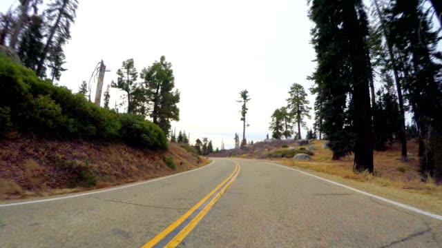 vidéos et rushes de route dans les montagnes de sierra nevada - fresno