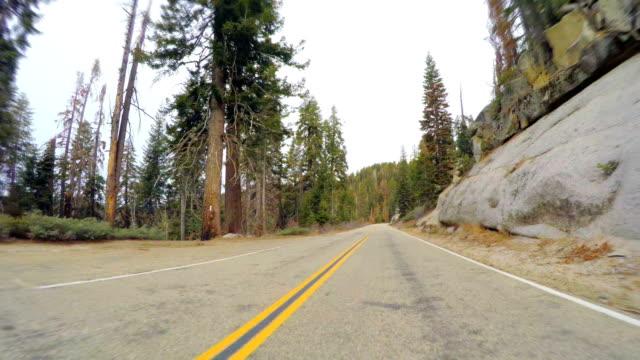 vidéos et rushes de route dans les montagnes de la sierra nevada - fresno