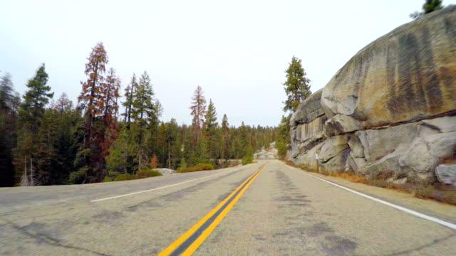 vídeos de stock, filmes e b-roll de estrada nas montanhas de sierra nevada - fresno