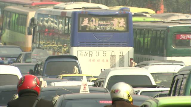 stockvideo's en b-roll-footage met road jammed with traffic - klem