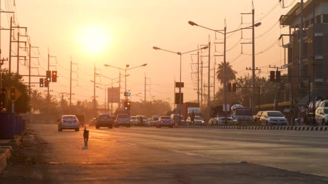 vídeos de stock, filmes e b-roll de junção de estrada ao nascer do sol em área rural - localidade pequena