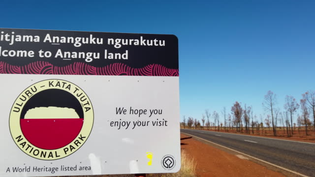 road leading to towards the exit near view of uluru national park, australia. the uluru-kata tjuta national park board decided unanimously that the... - エアーズロック点の映像素材/bロール