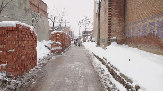 ws road of village in winter with snow / xi'an, shaanxi, china - れんが造りの家点の映像素材/bロール