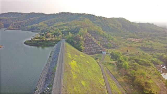 vidéos et rushes de antenne: route sur un barrage au soleil - lac powell
