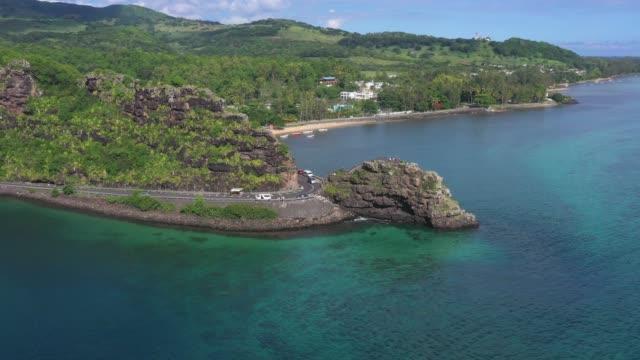 Straße, die durch einen Felsen auf der Insel Mauritius