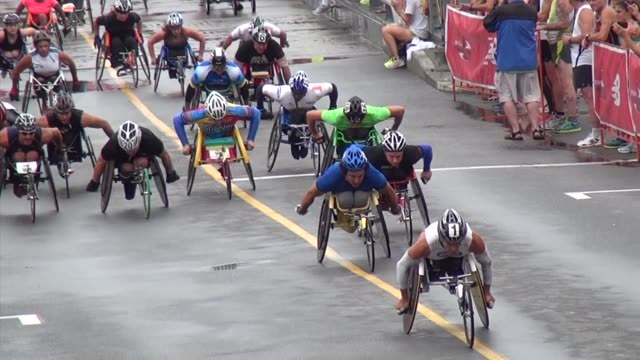 stockvideo's en b-roll-footage met road racing the great american road race an annual event on cape cod along martha's vineyard sound wheelchair racers right after start - salmini