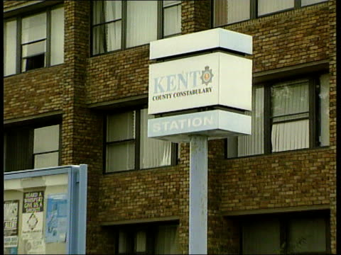 """kenneth noye arrest:; itn england: kent: dartford police station: kent county constabulary"""" sign pull out police station gvs = 12 secs tx... - kenneth noye stock videos & royalty-free footage"""