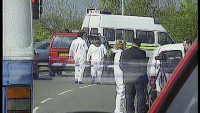 road rage killer kenneth noye could be transferred to open prison t19059606 / may 1996 m25 motorway forensic police and police cordon tape at scene... - ロープ仕切り点の映像素材/bロール