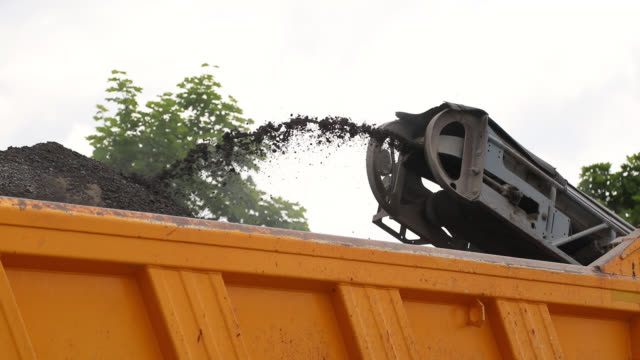 stockvideo's en b-roll-footage met road repair. stoep frezen. koude schaafmachine laden gemalen asfalt in dump truck - grind