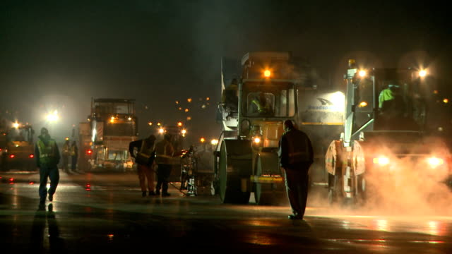 ws road resurfacing machines on a construction site at night, cape town, south africa - bauarbeiter stock-videos und b-roll-filmmaterial