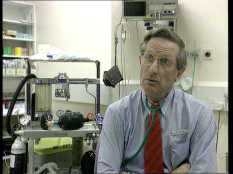 rear seatbelt campaigns int london university college hospital cms dr howard baderman intvwd sot on large numbers of car accident victims and large... - sicherheitsgurt teil eines fahrzeugs stock-videos und b-roll-filmmaterial