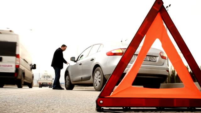 stockvideo's en b-roll-footage met road safety sign and car break down - driehoek