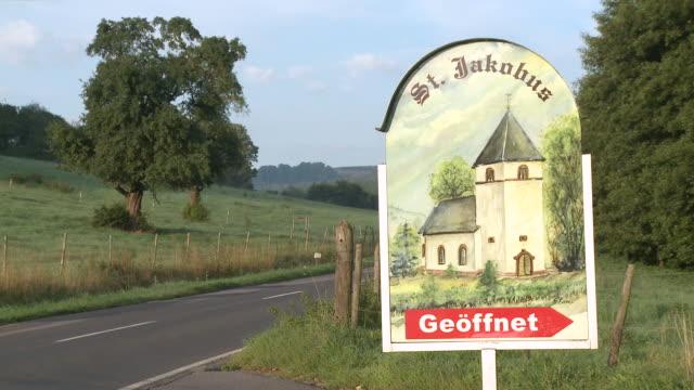 ws road sign for little church / fisch, saargau, rhineland-palatinate, germany - straßenschild stock-videos und b-roll-filmmaterial