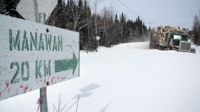 vidéos et rushes de road sign for manawan first nations reserve - canada