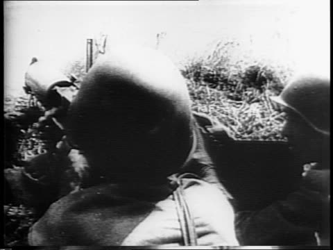 vidéos et rushes de road sign giving kilometers to russian cities including orel / soviet army in trucks pass by sign / russian soldiers firing on battlefield officer... - armée rouge