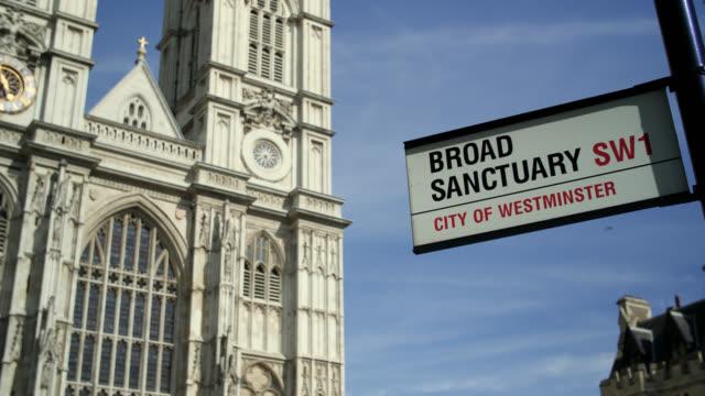 vídeos de stock, filmes e b-roll de road sign with westminster abbey in background - escrita ocidental