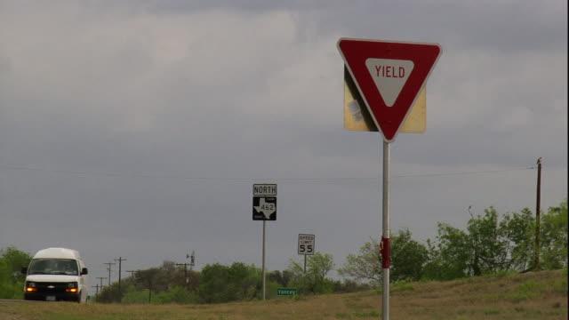 road signs advise oncoming traffic to yield. - 道を譲る点の映像素材/bロール