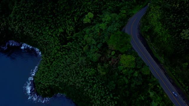 Chemin faisant coulisser sur Egde de l'île de Maui par Drone