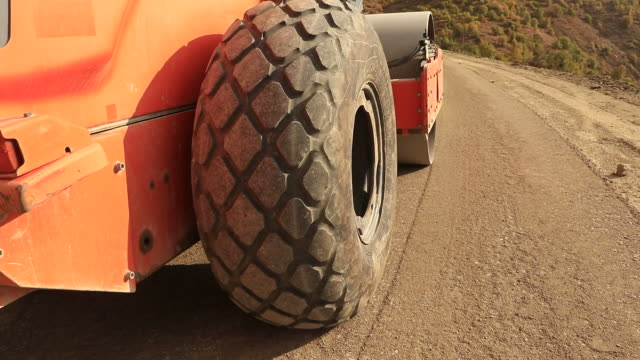stockvideo's en b-roll-footage met wegoppervlak verdichting tijdens de bouw - gewichten
