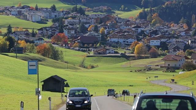 vidéos et rushes de route du village pittoresque de castelrotto, à alpe di siusi, dolomites, italie - flèche clocher