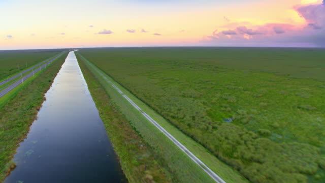 夕暮れ時のフロリダのエバーグレーズを通る空中道路 - エバーグレーズ国立公園点の映像素材/bロール