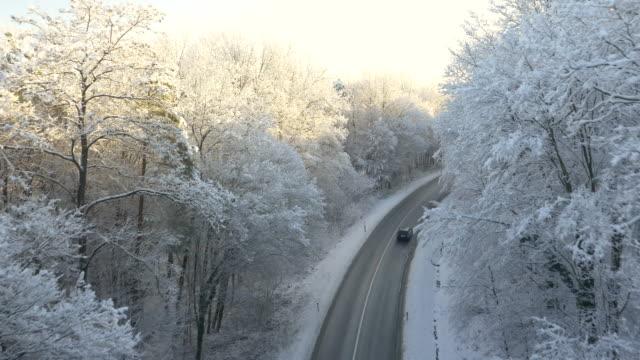 Luftaufnahme der Straße durch die winterliche forest